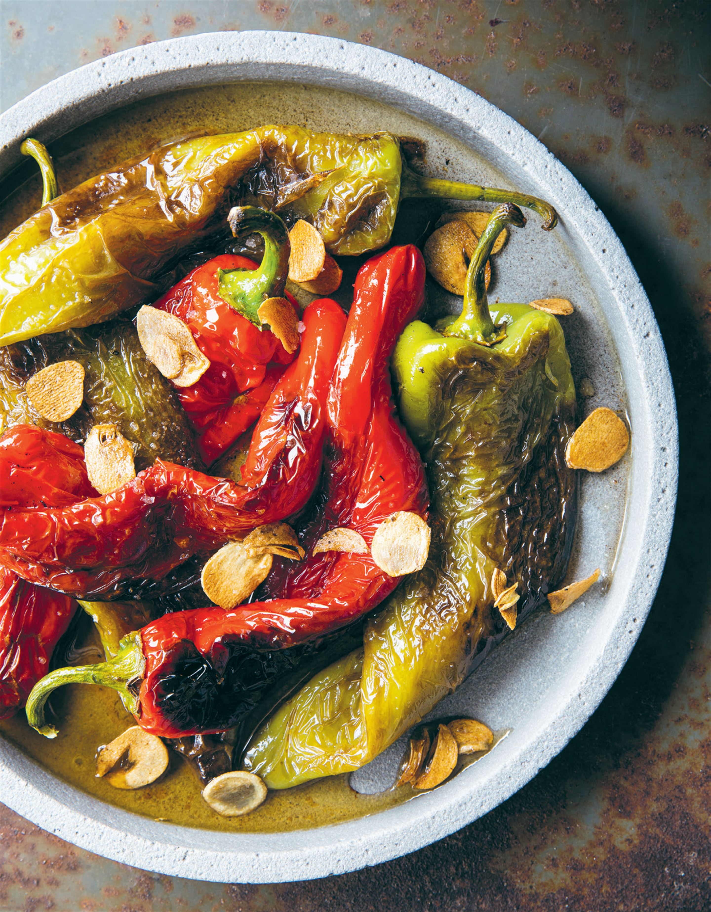 Pan-fried peppers with crispy garlic