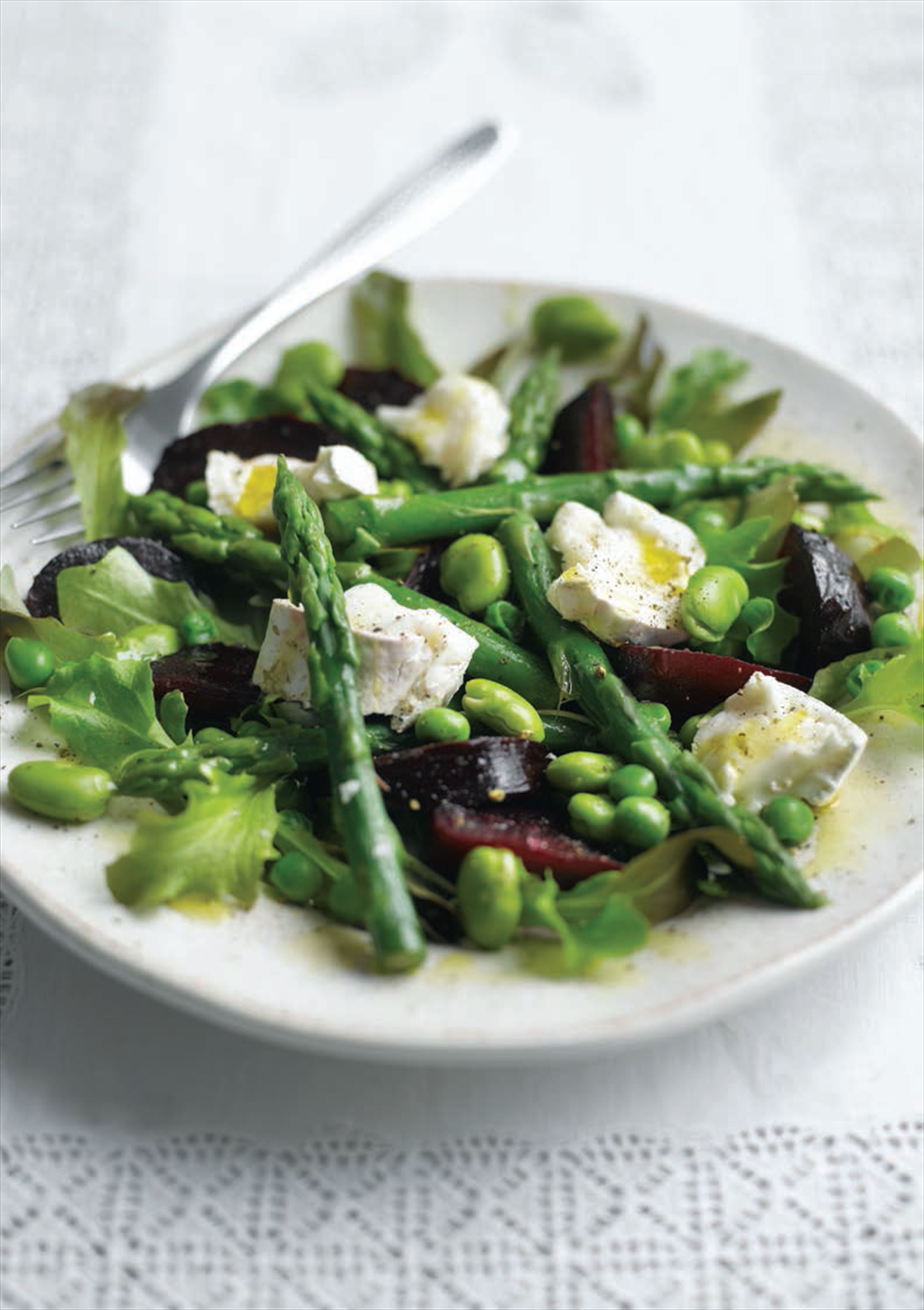 Goat's cheese, beetroot and asparagus salad