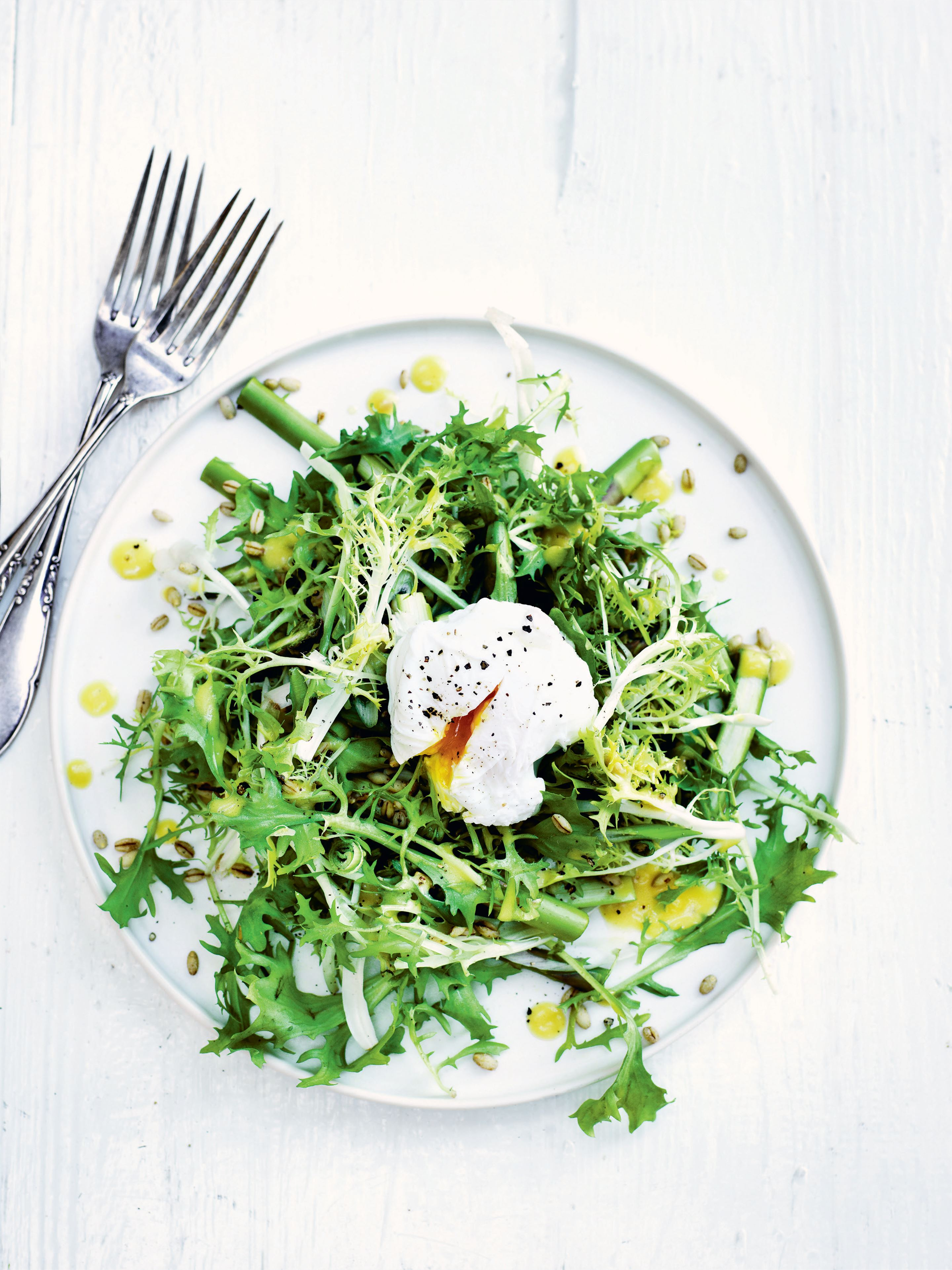 Barley frisée salad with asparagus and spring onions