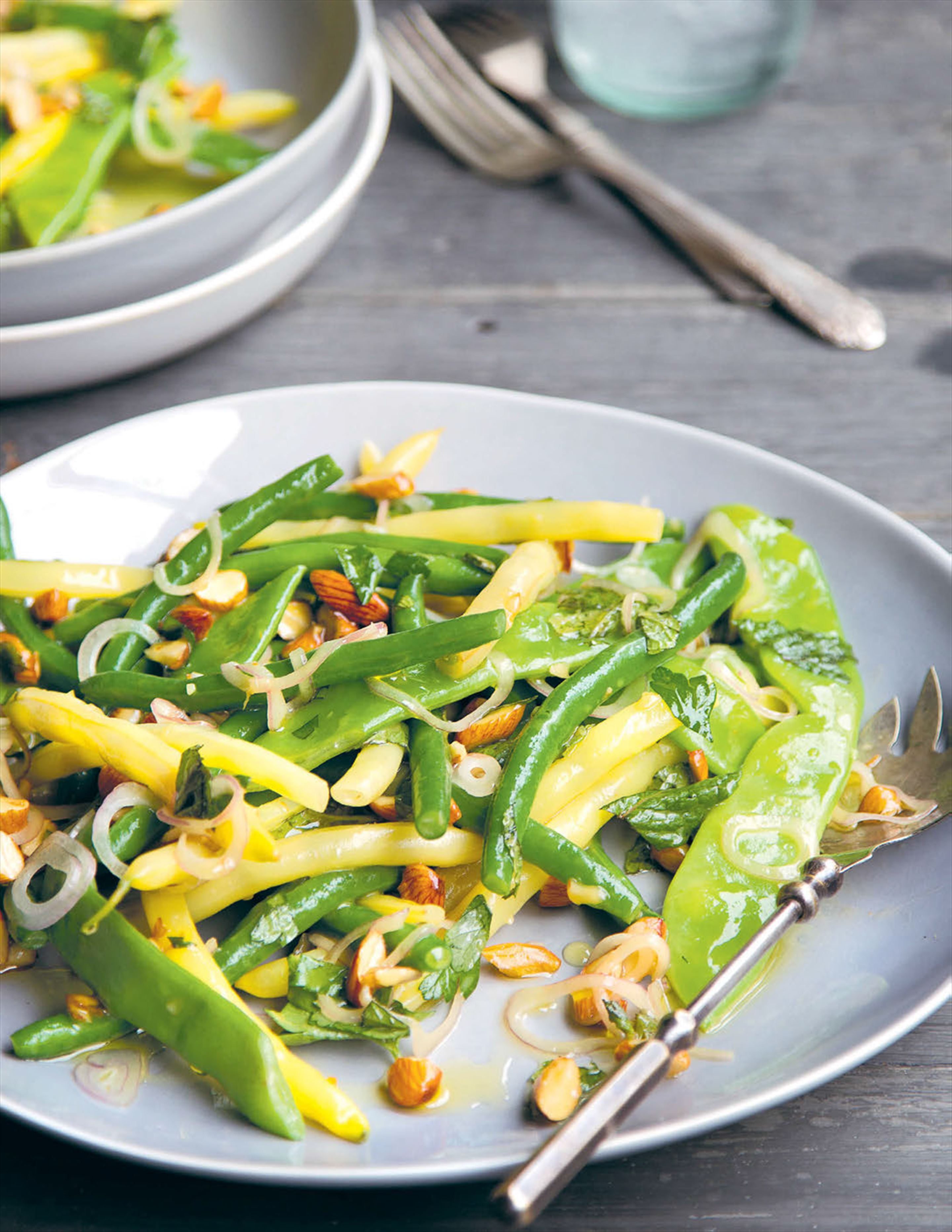 Salad of beans with honey dressing and smoked almonds