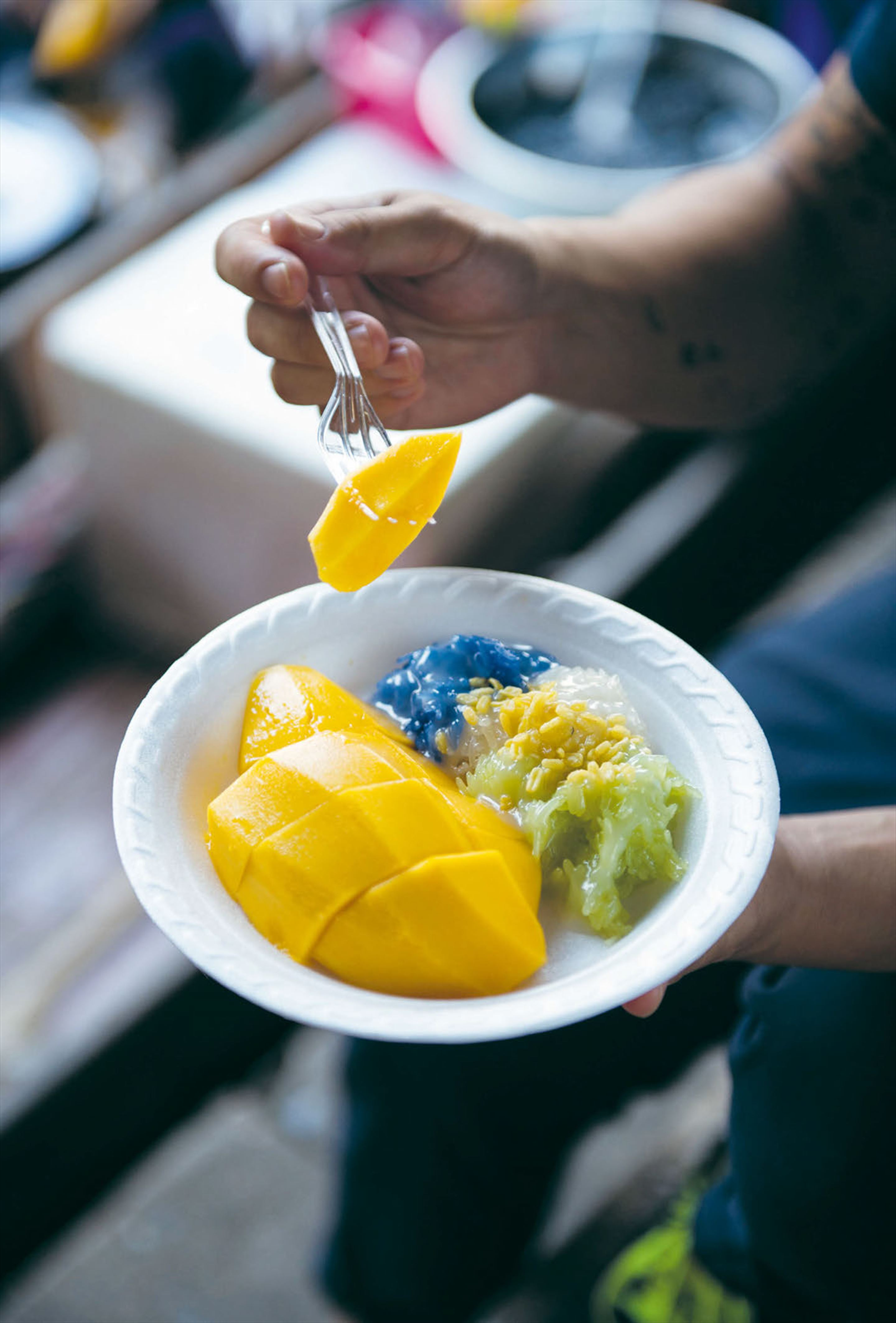 Three-coloured sticky rice with sweet mango