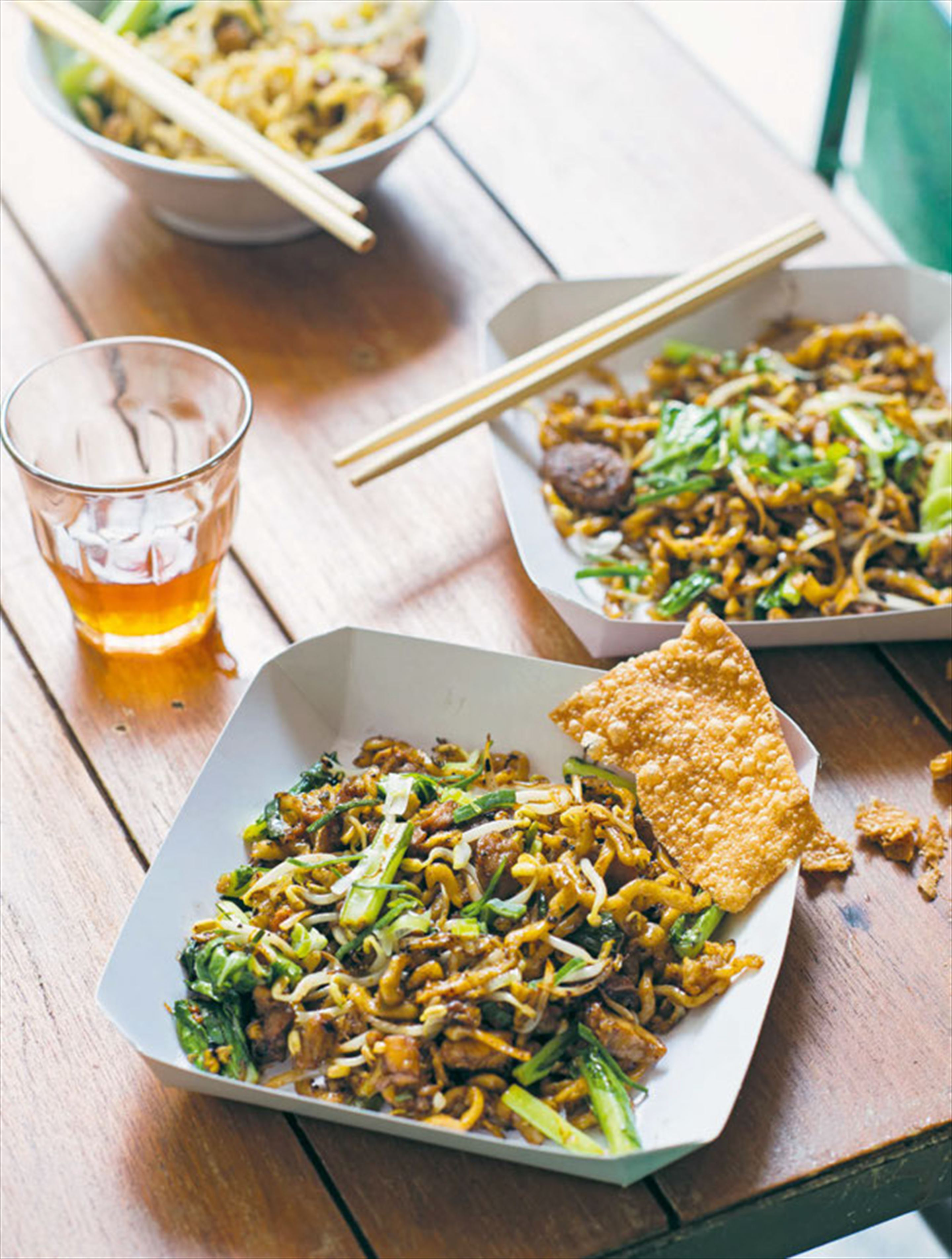 Wok-tossed hakka noodles with chicken & lap cheong